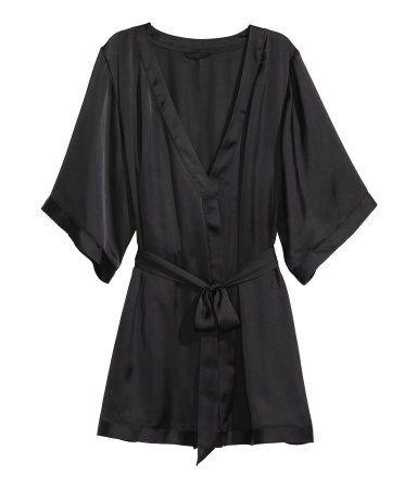Kimono en satin vaporeux. Modèle avec lien à nouer dissimulé à la taille et ceinture à nouer cousue.