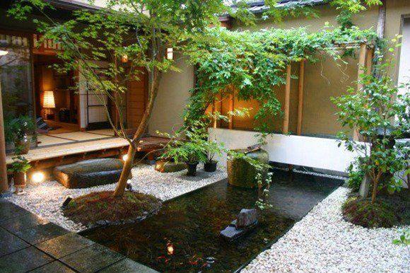jardin minilaliste avec étang d'eau