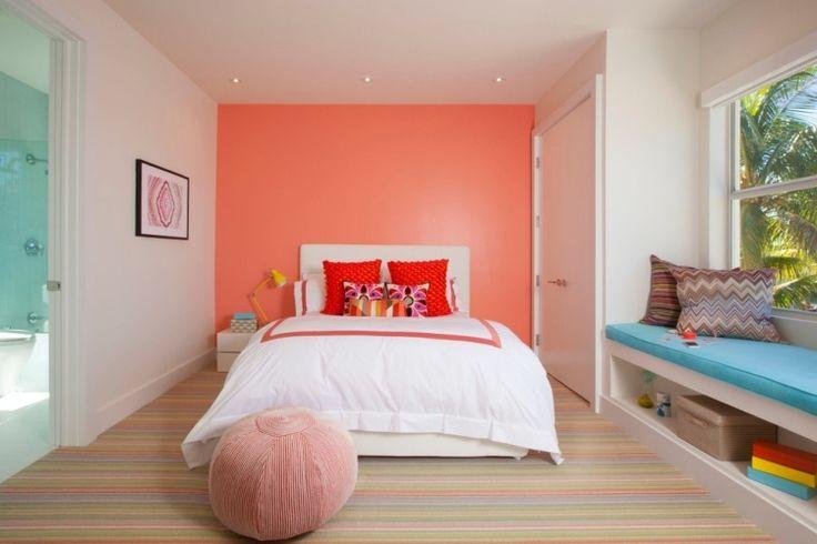 chambre en couleurs tendres avec mur d'accent corail