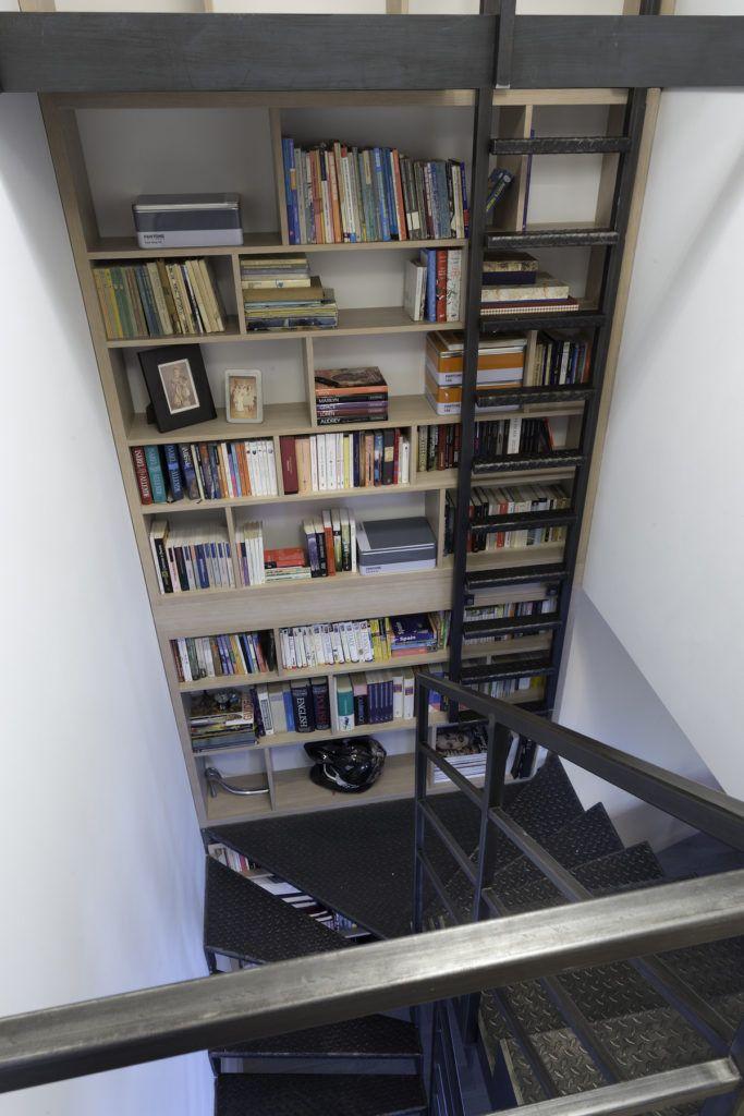 Biblioteczka przy schodach    #regał na książki #biblioteczka, #books #stairs #bookstand  #shelf #bookcase #projektowanie #wnętrz, #projektowanie #mebli #JacekTryc #architekt #aranżacja wnętrz #warszawa #nowoczesne #wnętrza #dobry #architekt #interiordesigner #design #furniture #interiors