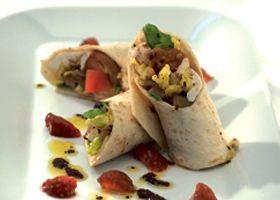 Wrap van tomaat, mozzarella en olijven, balsamicovinaigrette