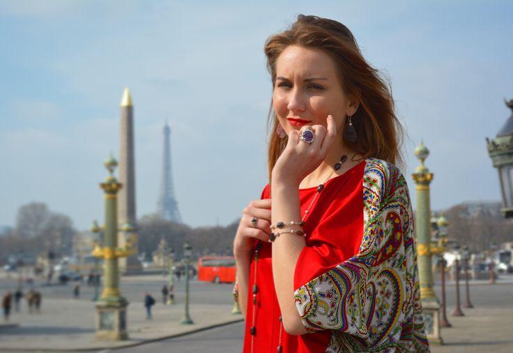 Robe casual e-boutique Erik Schaix et bijoux Unique by Schaix. Journée ensoleillée place de la concorde.