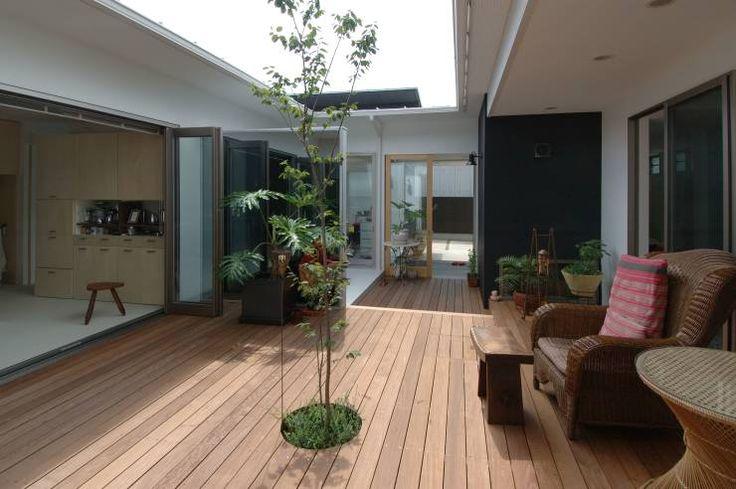 中庭のウッドデッキ: スタジオ・ベルナが手掛けたtranslation missing: jp.style.バルコニー-テラス.北欧バルコニー&テラスです。