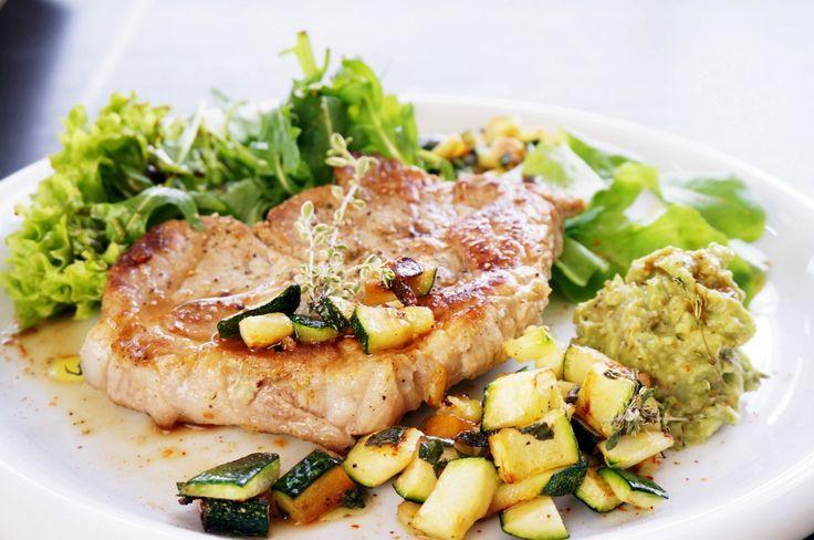 Herzhaftes Steak mit Avocado-Dip und Zucchini #fitnessfood #ironking #recipe #rezept #trainingsprogramm #ironkingtrainingsprogramm #steak #fleisch #meat #bbq #grill