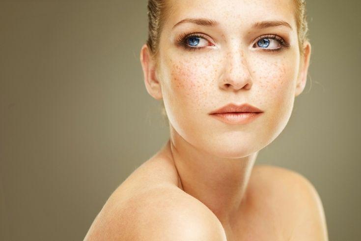 Les taches de rousseur : comment en prendre soin ? Quel maquillage adopter ? Quelles couleurs s'accordent le mieux avec les taches de rousseur ? La Rédac vous indique quelle mise en beauté adopter !    #monvanityideal #maquillage #teint #tachesderousseur #beauté #conseil #avis