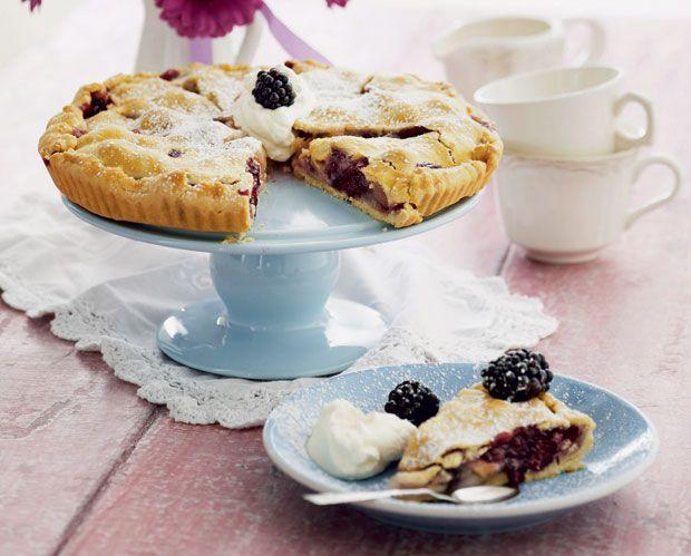 Nu er det brombærtid, og det skal da udnyttes med denne skønne pie, der også smager af årets første æbler.
