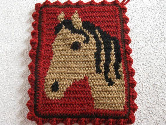 Handgemacht, Pferd Kopf Topflappen. Dies sind große, double dick, häkeln Topflappen mit Hirschleder Farbe Pferd Kopf übergeben. Die Topflappen sind gehäkelt mit Ranch rot und haben warme braune Pferde mit schwarzen Mähne. Ein Pferd steht rechts und die andere Gesichter hinterlassen. Topflappen sind doppelt dick und die Rückseite ist mit rana esculenta rot gehäkelt. Topflappen sind mit Schokolade Braun eingefasst und mit einer rana esculenta rot häkeln-Rüsche fertig.  Topflappen messen ca. 9…