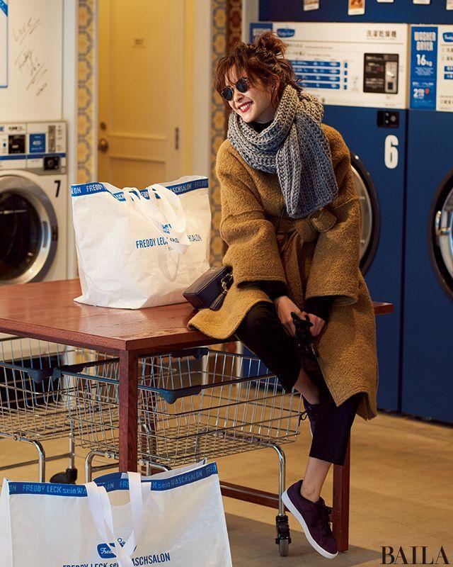 今年らしいガウン風コートは、きれいめなムードで働く女子に人気のコート。ブラックニット×パンツの定番パンツスタイルも、コートのこなれ感でおしゃれな雰囲気に。ぐるっとマフラーを巻き、スニーカーなどカジュアル小物を加えれば、レディなコートと相まって上級者風のミックスコーデが完成。動きや・・・