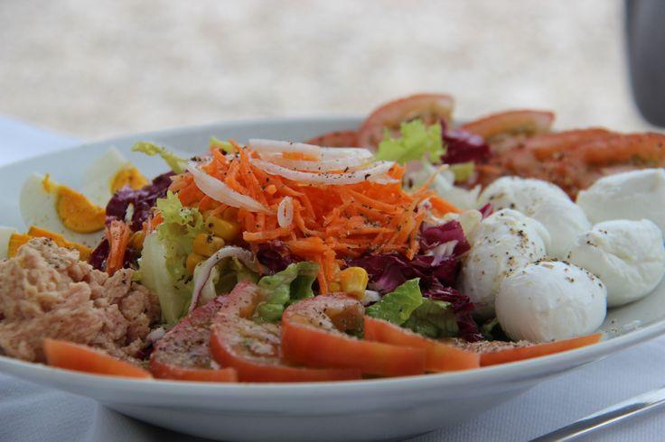 Gemengde salade met tonijn en boconcini