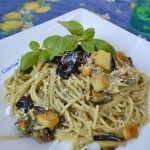Spaghetti+al+pesto+di+basilico+con+ricotta+siciliana+e+melanzane