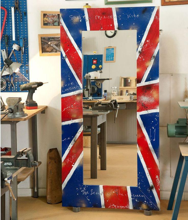 Specchio con cornicein legnostile country, decorata con bandiera del Regno Unito. Finito a mano e prodotto in Italia da Castagnetti 1928.