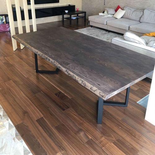 Квадратный стол из серого ясеня достойно украсит интерьер любой кухни. Столешница изготовлена из слэба, разделенного вставкой из эпоксидной смолы, окрашенной в черный цвет. Размер изделия позволяет