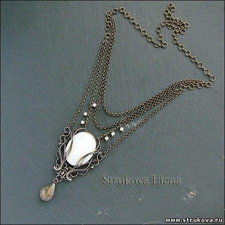 изящное ожерелье на цепочках с перламутром белого цвета