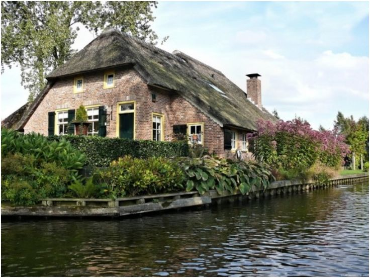 The village Giethoorn in Norway has no roads and no cars, just canals.