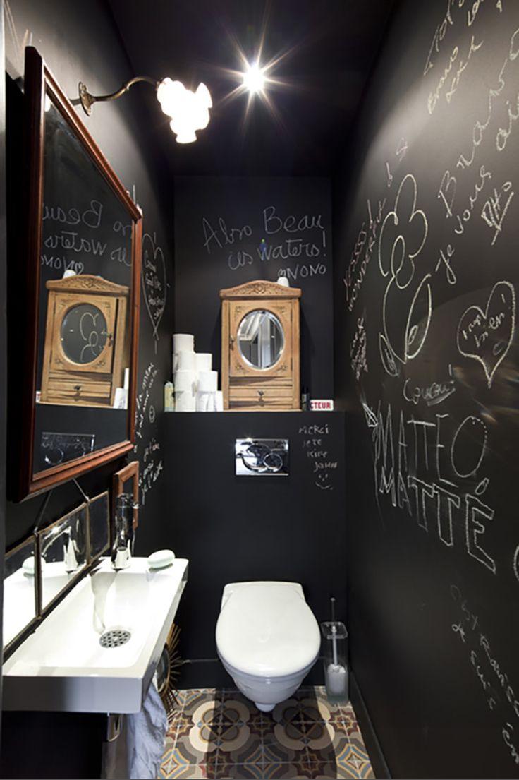 Sympa, wc suspendus, avec petit lavabo, miroir et revêtement en craie !