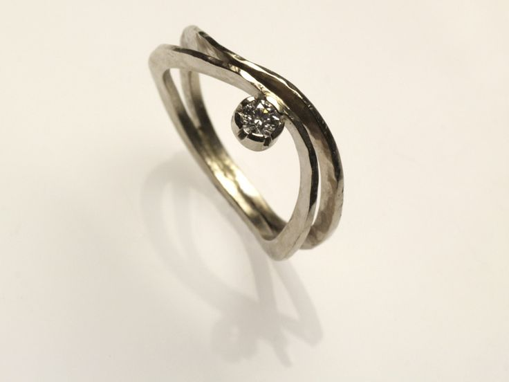 anello in oro bianco martellato, con diamante etico