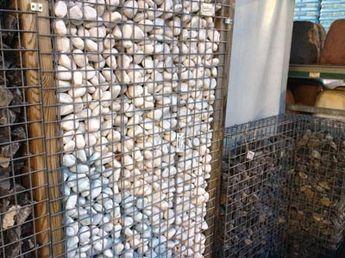 Gabionen, wie sie in Baumärkten erhältlich sind: Die Steinkörbe sind hier mit zwei verschiedenfarbigen Stein-Sorten aufgefüllt, was die Mauergestaltung auflockert.