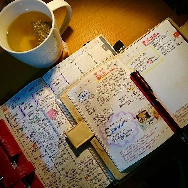 本日の朝活&手帳タイム📔 本日は5時10分起床、昨日よりちょっと遅め(-_-;)💦 でもしっかり手帳タイムできました🍀 現在出勤30分前ハーブティー🌿飲みながらまったりしてます。 昨日から始動したフランクリンプランナー📒なかなかよいです。 夜に今日できなかったタスクリストチェック入れて、次の日の朝に書き写して頭の中整理する…。 このサイクルいいですね(*^^*) しかし手帳重くてかさばる💦💦 レフィルめいっぱいだし、何か間違ってるのかな?? #ジブン手帳#ジブン手帳biz #ジブン手帳同好会#ほぼ日#ほぼ日手帳#フランクリンプランナー#フランクリン手帳#手帳#手帳タイム#朝活#あさかつ