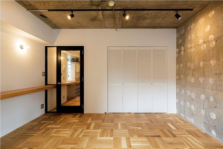 <p>チェッカー床とルーバー扉が成すトラッドな雰囲気を、ボンド跡を残したコンクリート壁がいい感じに着崩してくれてますね。</p>