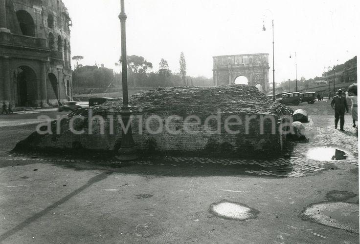 La base del colosso neroniano ancora visibile accanto al Colosseo nei primi anni '30...