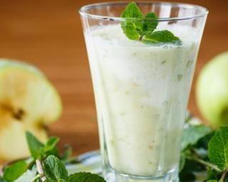 Smoothie pomme-miel à moins de 50 calories le verre : http://www.fourchette-et-bikini.fr/recettes/recettes-minceur/smoothie-pomme-miel-moins-de-50-calories-le-verre.html