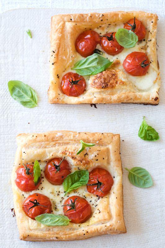 Caprese tartsCaprese Tarts, Olive Oil, Summer Appetizers, Caprese Salad, Tarts Recipe, Puff Pastries, Tomatoes Basil, Capr Tarts, Sweets Paul