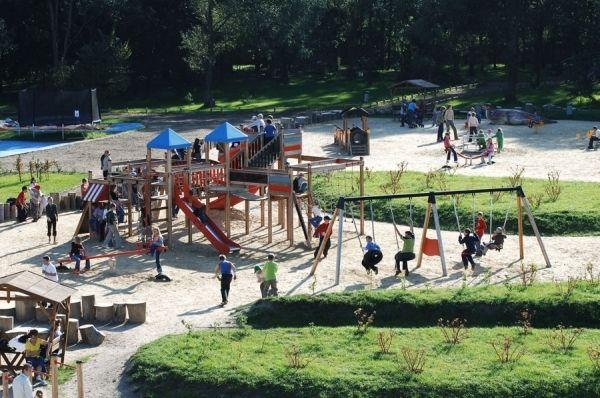 Huśtawka 2+2 na placu zabaw w parku rozrywki