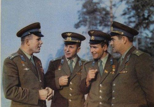 Гагарин, Попович, Титов и Николаев советские космонавты.