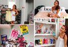 Ariana Grande. La habitación de Ariana Grande es una mezcla entre cuarto de famosa y cuarto de chica normal. Tiene una enorme cama, una estantería llena de figuritas, la pared llena de pósters y un enoooorme armario en el que guarda todos sus conjuntos.