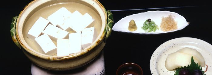 Yu Do-fu|Tofu is made by coagulating soy milk and then pressing the resulting curd into blocks. The making of tofu from soy milk is similar to processing cheese from milk. Yu do-fu is easy to make, low in calories and fat, and is ideal for dinner in the winter.
