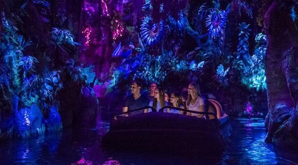 Con montañas flotantes, lluvias fosforescentes y nativos azules, Pandora, el parque temático de Disney inspirado en Avatar, la película más taquillera de la historia, abrió sus puertas cerca de Orlando. Foto: EFE / Disney Parks