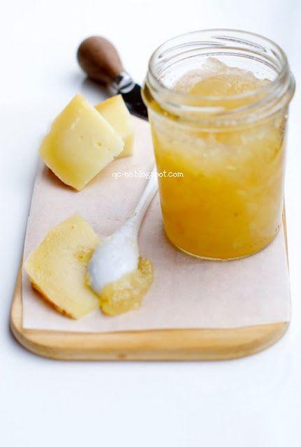 confettura di pere:Ingredienti (per ca. 4 vasetti):●1 kg di pere coscia, sbucciate e tagliate a pezzetti●500 g. di zucchero semolato●succo di limone●1 bustina di Fruttapec 2:1
