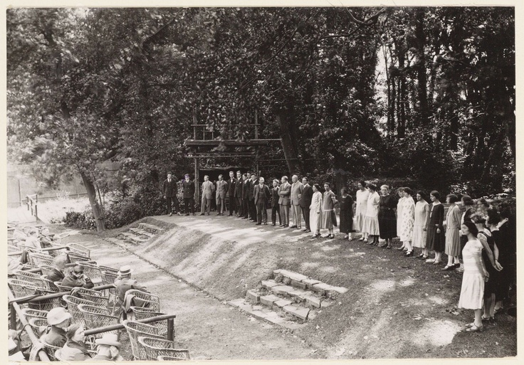Open-air theatre at Frankendael in the  twenties: 1926, the photograph is part of the collection of Amsterdam's City Archive.