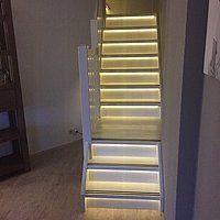 Hele treden van een trap verlicht met ledstrips