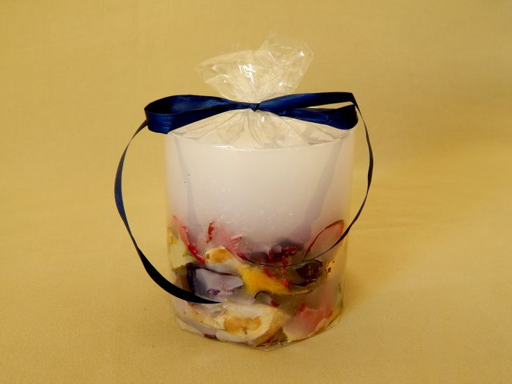Λευκό χειροποίητο αρωματικό κερί με αποξηραμένα λουλούδια και άρωμα βιολέτας. Μεσαίο στρογγυλό μέγεθος. White handmade aromatic candle with flowers and violet aroma. www.kirofos.gr