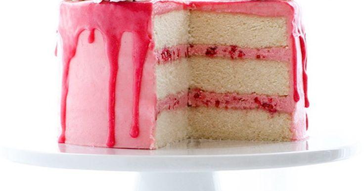 """Ничто не скажет """"Я тебя люблю"""" лучше, чем приготовленный своими руками торт. Кроме, разве что, сказочного домашнего торта с шампанским, с ягодами и кремом, покрытого сентиментальной розовой глазурью."""