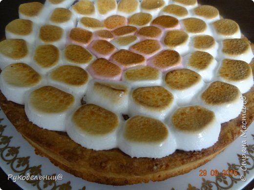 Всем добрый вечер. Сегодня балую вас сладеньким. Давно хотела испечь этот торт, т.к. соблазнял он меня своим внешним видом, а дети очень любят маршмеллоу. Торт «Жираф» с маршмеллоу получил свое название благодаря оригинальному украшению. Для украшения и придания соответствия названию, на поверхности торта раскладываются кусочки зефира маршмеллоу, имитирующие после кратковременного обжига раскраску шкуры жирафа. Сегодня у старшего сынули день рождения, вот и захотелось его удивить. Подве...