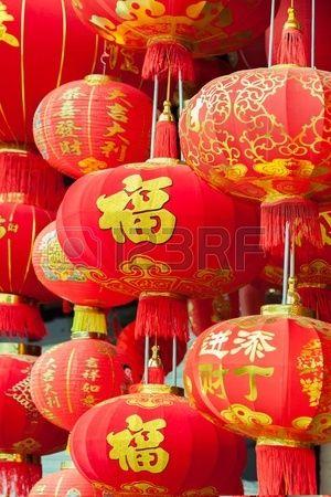 Appendere lanterne rosse cinesi con i modelli tradizionali e di script in cinese Festival di New pri Archivio Fotografico