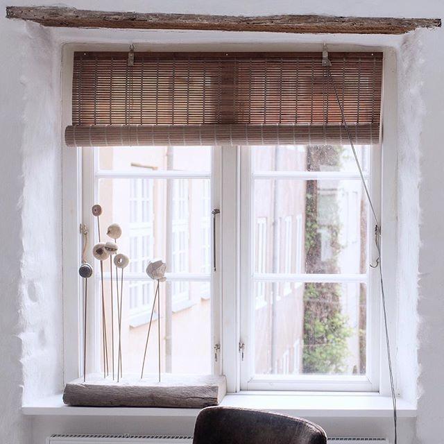 B E A U T I F U L Scandinavian window Smukt, lyst og helt enkel med vores grå bambus rullegardin  #greybamboo #colorco #newinterior #bambus #bambusrullegardiner #bambooblinds #welovebamboo #interiordesign #homedesign #interiorstyling #interiordecorating #interiordecor #scandinavianstyle #scandinavianhomes #nordic #nordicdesign #boligdesign #boliginspiration #indretning #nordic #boligindretning #window #windowpane #nordicliving #nordicstyle #interior #stilleben #simplicity