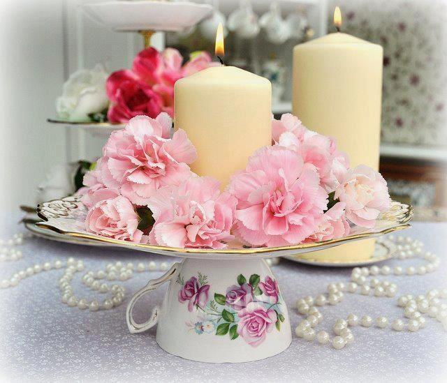 צלחת עם נר ופרחים