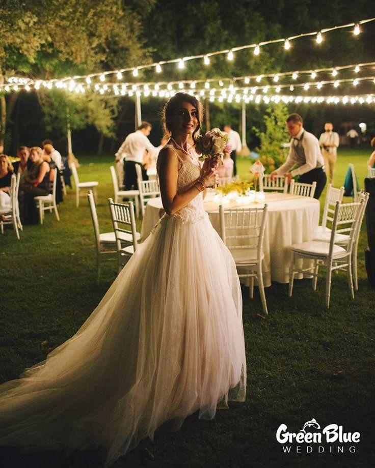 İnsan hayatında kaç kere kendini prenses gibi hisseder ki? Cevap belli: Sade ve sadece düğün gününde!   Görsel: @zmineb İletişim: 0533 226 5338 #greenbluesapanca #greenblue #wedding #kırdüğünü #düğün