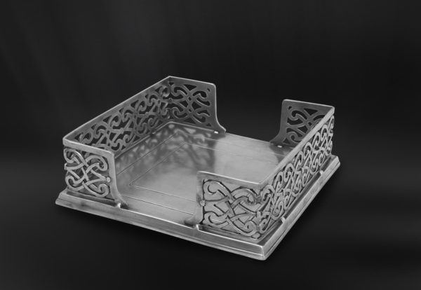 Pewter Napkin Holder - Length: 19 cm (7,5″) - Width: 19 cm (7,5″) - #pewter #napkin #holder #peltro #portatovaglioli #zinn #serviettenhalter #étain #etain #peltre #tinn #олово #оловянный #tableware #dinnerware #table #accessories #decor #design #bottega #peltro #GT #italian #handmade #made #italy #artisans #craftsmanship #craftsman #primitive