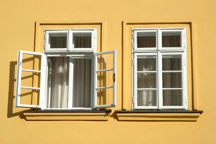 Vejr, rensning, slibning - dét er de vigtigste punkter på tjeklisten, når du skal male vinduer. Følg disse 7 råd, så kan du glæde dig over arbejdet...