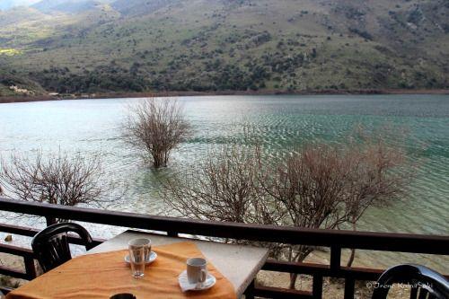 """Απολαυστική ώρα για καφέ με θέα τη λίμνη """"Κουρνά"""" Coffee enjoyment by the lake """"Kournas"""" in the pref. of Chania Φωto by Irene Kalaitzaki"""