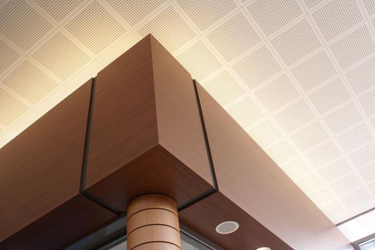 Shopping mall: wooden edge finish. Winkelcentrum: houten rand afwerking.