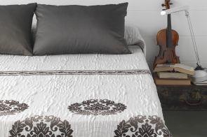 DecoArt24.pl Narzuta EYSA 250x270cm Anis brown - Piękna i oryginalna narzuta hiszpańska firmy EYSA Elegancko wykonana z materiałów najwyższej jakości bardzo dobrze prezentuje się zarówno w stylowej jak i nowoczesnej sypialni Niepowtarzalne wzornictwo podkreśli charakter każdej sypialni #dom #sypialnia #łóżko #DecoArt24.pl #sophisticated