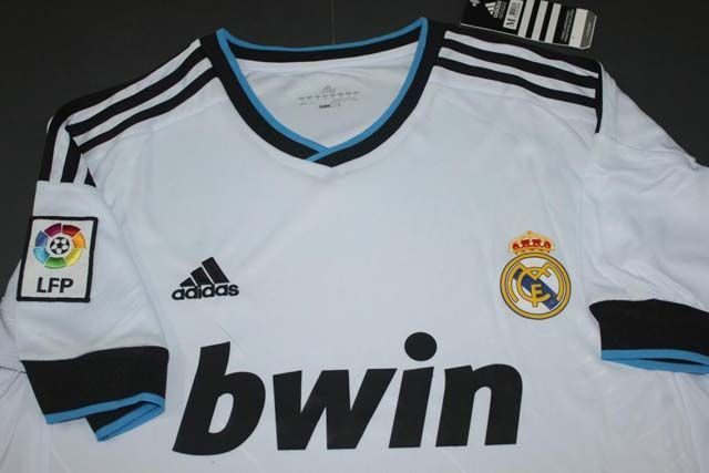 coquetan la playera de local del madrid