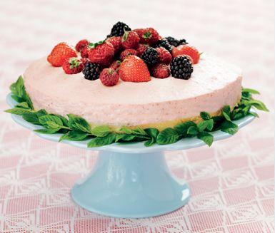 Fantastisk och mästerlig moussetårta som du bara måste testa. Jordgubbar och rabarber är en vinnande kombination som blir helt magisk tillsammans med den fluffiga vispgrädden och fylliga färskosten.