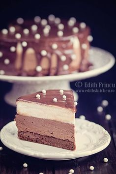 Tort cu ciocolata si mascarpone - o combinatie fina de blat cu cacao, ganache de ciocolata si crema de mascarpone, acoperit de o glazura de ciocolata.