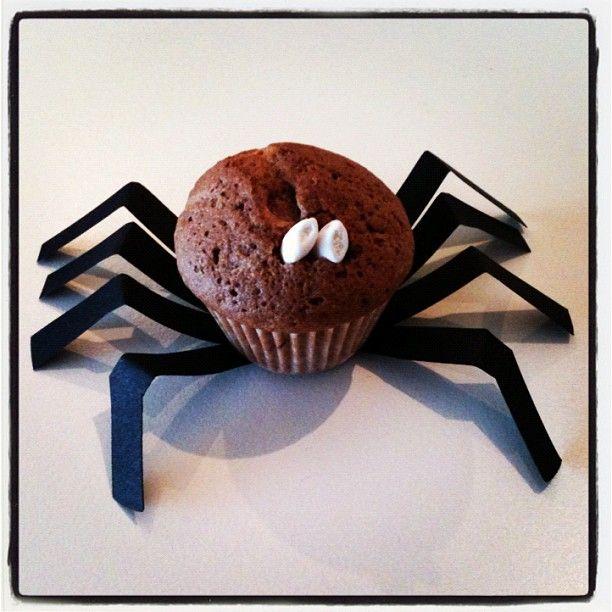 Spincakeje Nodig: cakerecept eetidee.be (http://eetidee.be/recepten/gemarmerde-cake?user=enid-vandecan), zwart papier, schaar, mini cupcake papiertjes en bakvorm, oogjes=rijstkorrel doopsuiker AVA